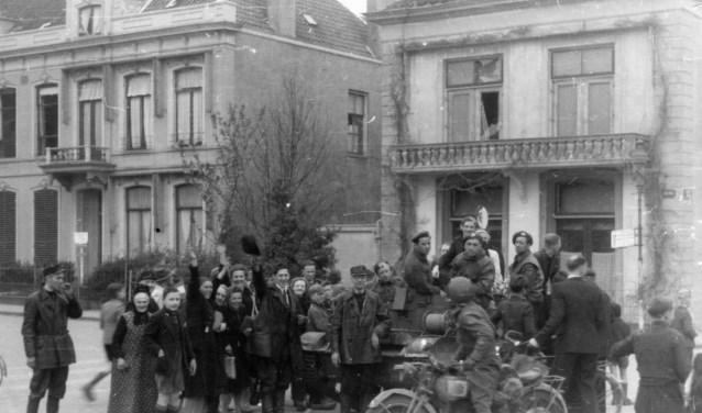 De Luttekestraat  op de dag van de bevrijding vanZwolle op 14 april 1945.