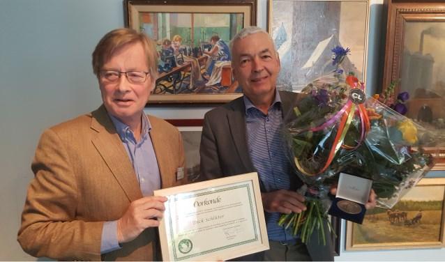 Uitreiking van de bronzen AWN legpenning door voorzitter Gajus Scheltema (links) aan Dick Schlüter.