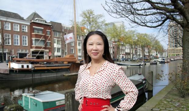 """Zulke 'sprookjesachtige' voorbeelden zie je niet in China"""", zegt Jun Li over onze stad (Foto: Peter van Zetten)."""