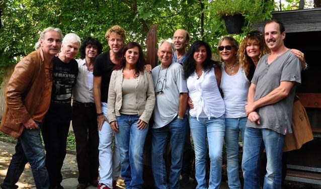leden van de Tee Set, After Tea, dames van de backing vocals en presentator Martin Reitsma.