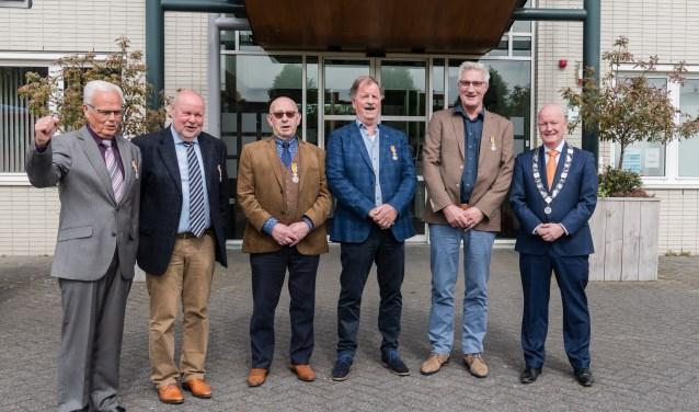 De vijf onderscheiden heren, samen met  burgemeester Ruud van Bennekom (rechts). FOTO: Mel Boas