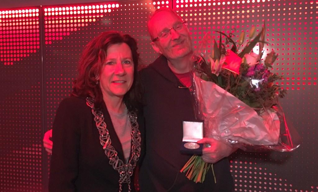Hoeijmakers ontving de onderscheiding uit handen van locoburgemeester Marcelle Hendrickx.  © Persgroep