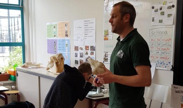 Dierenarts Bart vertelde de kinderen over de zorg voor dieren. Eigen foto
