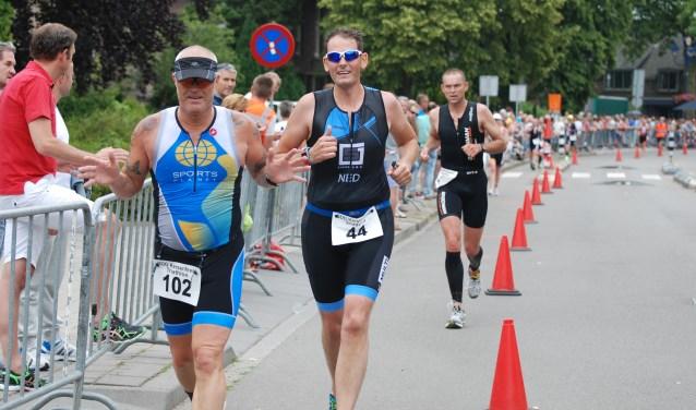 Atleten in Nijmeegsestraat op weg naar de finish