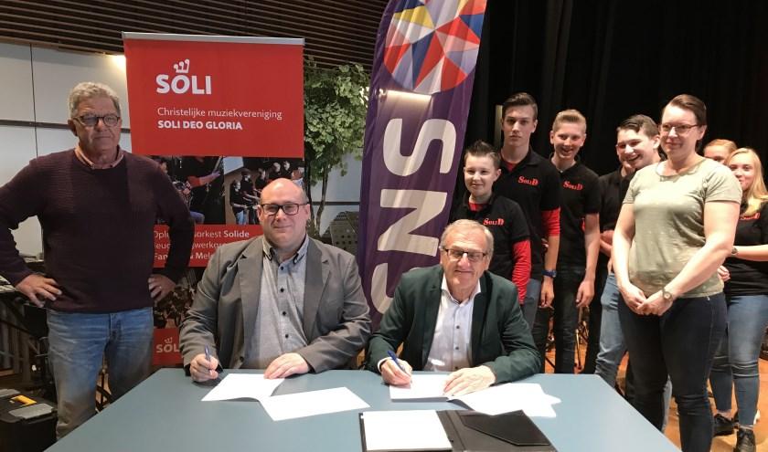 De ondertekening van het sponorcontract. (Foto: Johm de Vries)