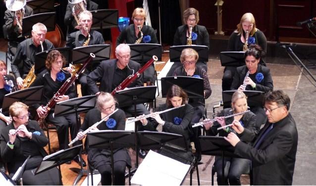 Muziekvereniging St. Jan Kilder met dirigent Jan Nellestijn (rechts). Binnenkort geven ze een concert in Ede. (foto: Muziekvereniging St. Jan)