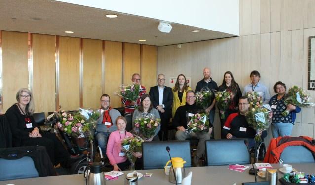 In de raadszaal van het Stadskantoor Goes werden de elf aanwezige toegankelijkheidsambassadeurs bij hun aanstelling in de bloemetjes gezet. FOTO: LEON JANSSENS
