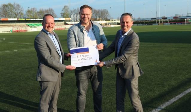 Richard Migchielsen (midden) ontving uit handen van Giljam Wartena (rechts) van Rabobank Enschede-Haaksbergen een mooie cheque.