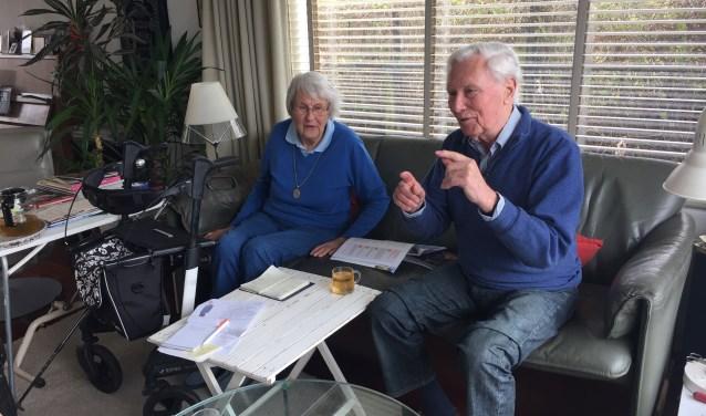 Bram van der Hout en Jozien van Zanten voelen de wethouder direct aan de tand over de verkeerssituatie in Benthuizen.