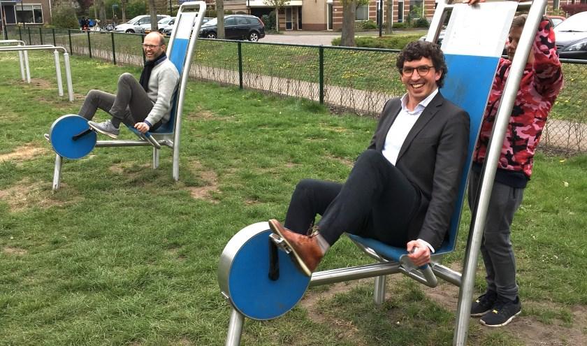 Bij de feestelijke opening werd wethouder Nathan Stukker samen met buurtregisseur Wim Mulder uitgedaagd voor een klein parcours over de nieuwe speel- en ontmoetingsplek aan de Zichtweg.
