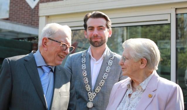 Loco-burgemeester Paul Hofman feliciteert namens de gemeente Bronckhorst Jan en Jantje Hendriksen-Lenselink (foto: Feikje Breimer)