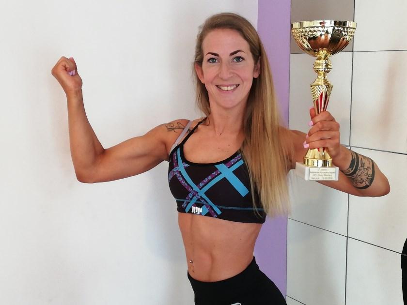 Marieke Maas, bodybuildster in hart en nieren. Marieke is apetrots met haar behaalde eerste plaats op het NK. Foto: Conny den Heijer