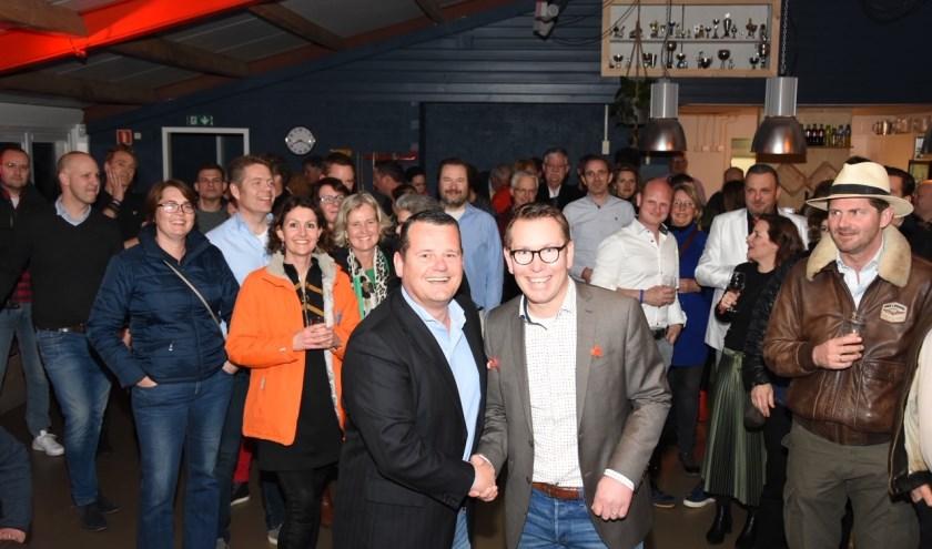 Directeur van Rabobank West Betuwe Remco Boer tekent sponsorcontract met de voorzitter van de hockeyclub Geldermalsen Edwin Rosier