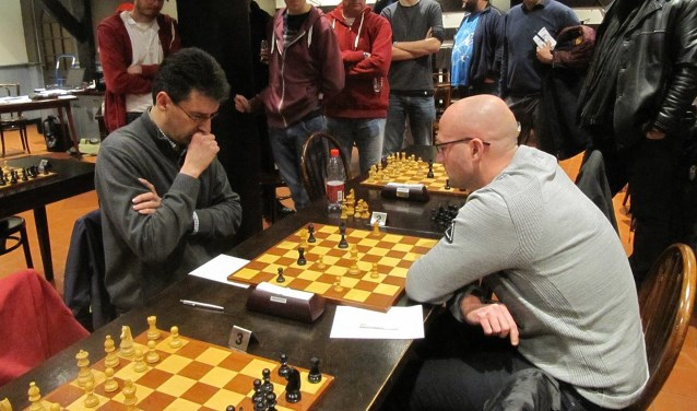 Hans Plasman van SG Max Euwe (links) in de 4e ronde tegen een speler van UVS  uit Nijmegen.