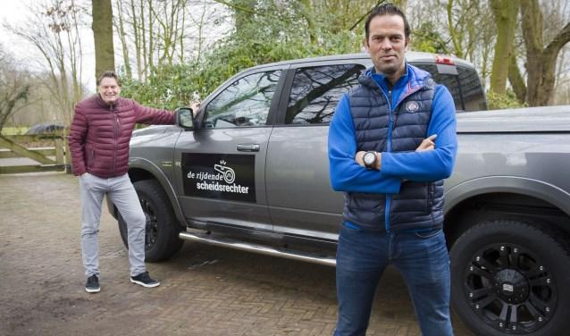 Presentator Eddy van der Ley (links) en scheidsrechter Bas Nijhuis bij de auto van 'de Rijdende Scheidsrechter'.