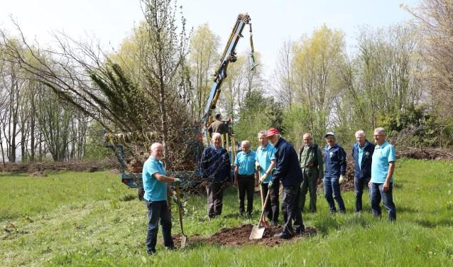 De onderhoudsploeg van bospark de Wild is een groep Hapsenaren die met veel plezier hun groenwerkzaamheden verrichten. (foto: Marco van den Broek)