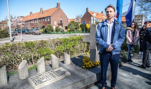 Samuel de Korte bij het monument aan de Meppelerstraatweg. Hij schrijft een boek over de gebeurtenissen in 1945. (foto: Frans Paalman)