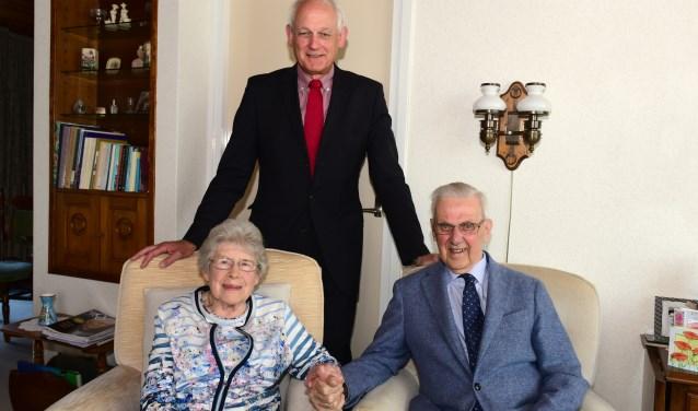 Burgemeester Lamers bezoekt het 65-jarig bruidspaar van der Eijk-van der Wel. (Foto: Marius Schinkel)