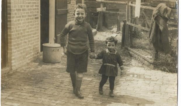 Jacob en Iesje Slager achter het huis in de Meddosestraat.