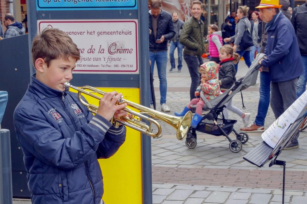 Op de koningsdag in Veldhoven kreeg je op verschillende plaatsen muziek voor je geld. op diverse plekken stonden jongern muziek te maken. Een kleine gift in de pet was welkom. Foto: Bert Jansen © Persgroep