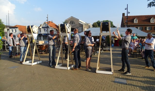 De slagwerkgroep in actie op het Raadhuisplein in Drunen.
