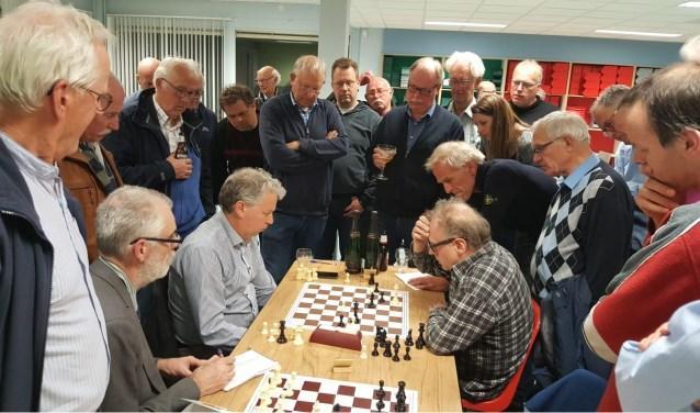 Martin Markering (links) sleepte onder grote belangstelling letterlijk de winst in de wedstrijd en de match uit het vuur (foto: Rinus van der Molen)