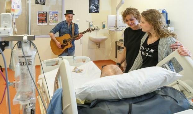Live muziekoptredens op de Intensive care van Isala. Het werkt positief voor patiënt, familie en het personeel, zo blijkt. (Foto: Pedro Sluiter)