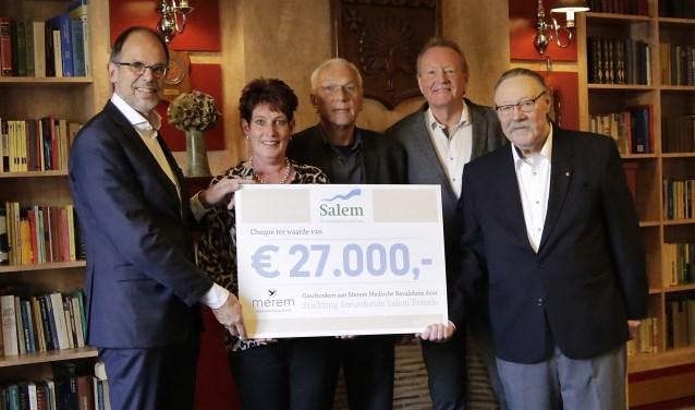 dhr G. Hoogvliet met het bestuur van Steunfonds Salem