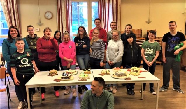 Deelnemers aan de Kookclub TOK in Pernis. Foto: Jacco Oldenburg