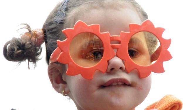 Zoals veel mensen, kleurt ook dit meisje oranje op Koningsdag.