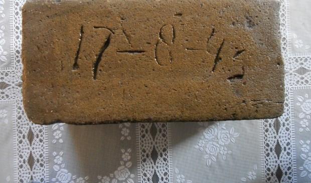De steen met de datum uit 1945. Foto: Eigen foto