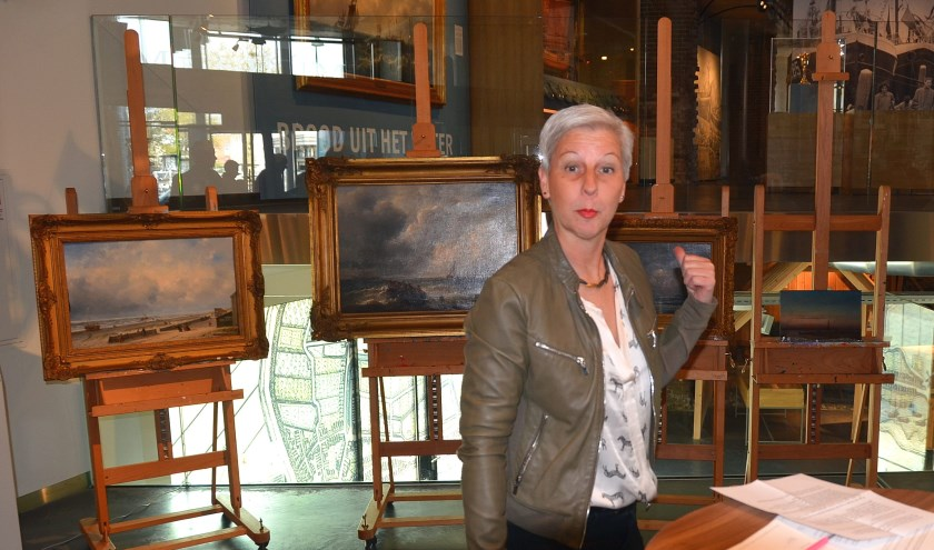 Karin Fontijne heeft samen met Léanne Selles de schilderijen onthuld. (Foto Frans Assenberg)