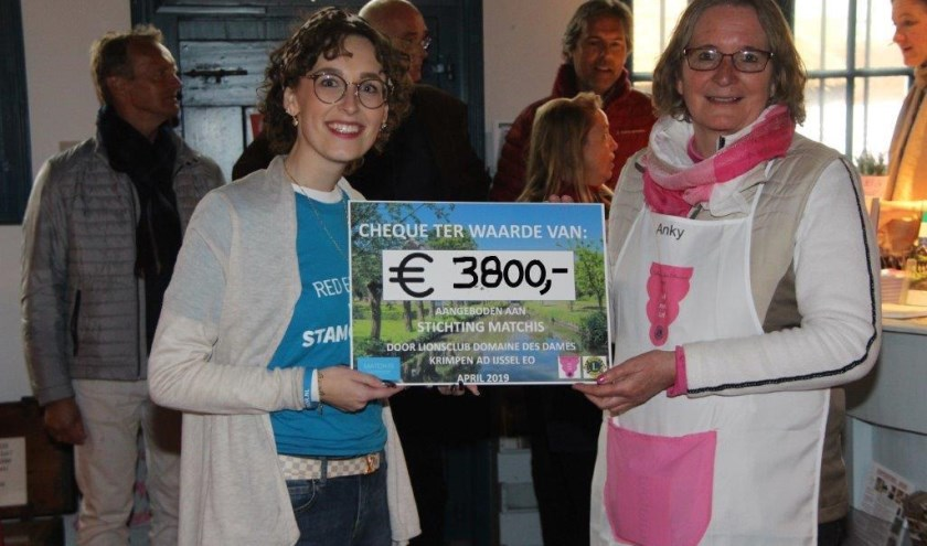 Amber Visser neemt de cheque van LionsClub Domaine des Dames in ontvangst. (Foto: Herman Visser)