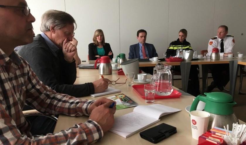 Burgemeester Bezuijen (midden) werd tijdens de veiligheidspresentatie vergezeld door de drie veiligheidspartners.