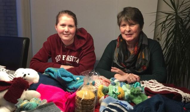 Eline en Marian Molle met een aantal gebreide kledingstukken en stroopkoeken die zij voor de lokale bevolking meenemen