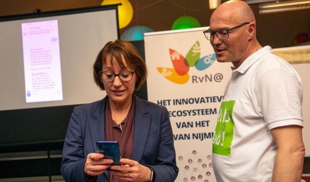Ronny Hendrikx, eigenaar van weMaron en ontwikkelaar van Bob de Bot, samen met gedeputeerde Bea Schouten bij de lancering van Bob de Bot.