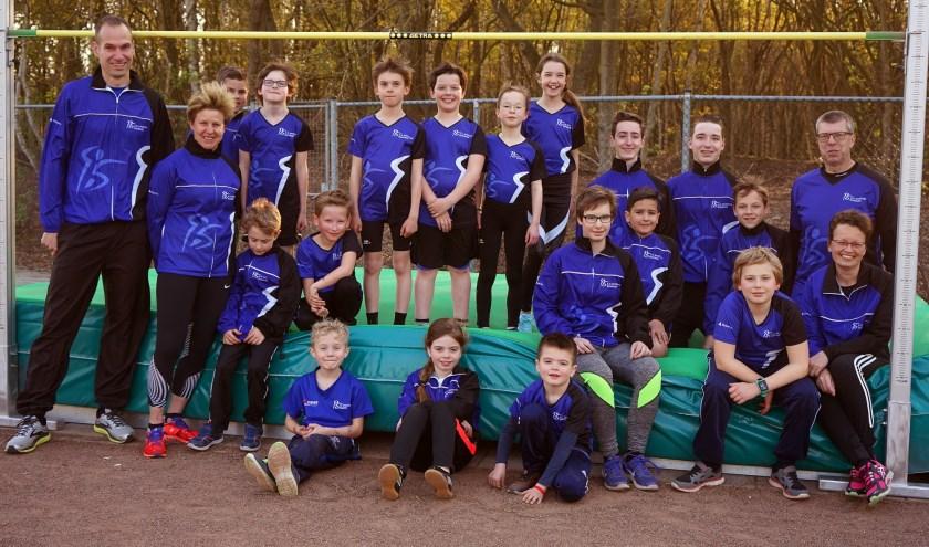 Sporters en trainers op het hoogspringkussen. Op de voorgrond zittend van links naar rechts Hidde, Ise en Bram. (foto: Tom Oosthout)