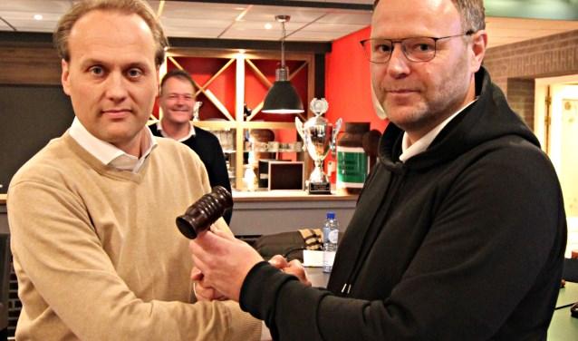 Met het overhandigen van de voorzittershamer bekrachtigde Richard Migchielsen (rechts) de benoeming van Gert-Jan Klanderman als nieuwe voorzitter van Bon Boys.