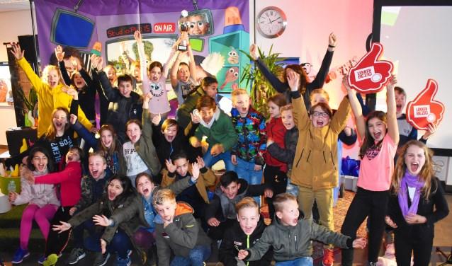 Groep 6 van basisschool het Windas poseert met de Afval the Game wisselbeker. (Foto: Laura Vrieswijk)