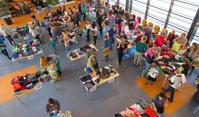 Er is veel belangstelling voor de kledingbeurs in school Het Westeraam in Elst dankzij een puike organisatie. (foto: Kirsten den Boef)