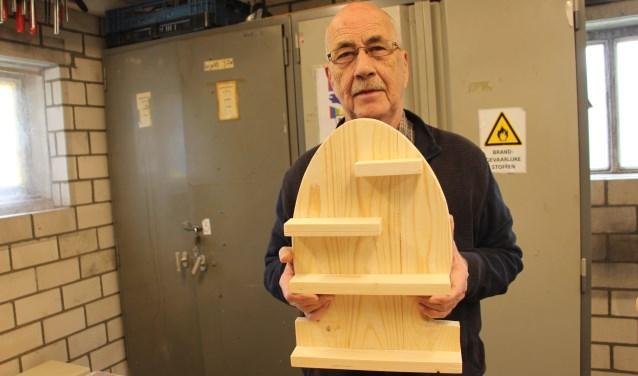 Rien Jansen toont het paasei met schelfjes dat hij in de cursus gemaakt heeft. (foto: Frank Kuijpers)