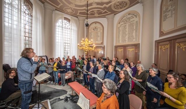 Toon Hagen repeteert in de Grote Kerk met zijn koor voor de Johannes Passion.