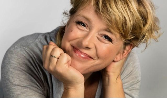 Presentatrice Angelique Krüger zal in zeven uitzendingen verslag doen van de wedstrijd en komt langs bij de zes finalisten.
