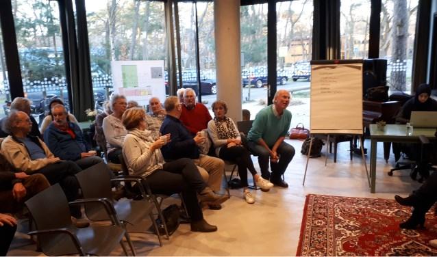 De bezoekers maken zich op voor de informatiebijeenkomst. Later stroomt de zaal geheel vol. Onder de aanwezigen omwonenden, oud-predikanten en andere belangstellenden. FOTO: Maarten Bos