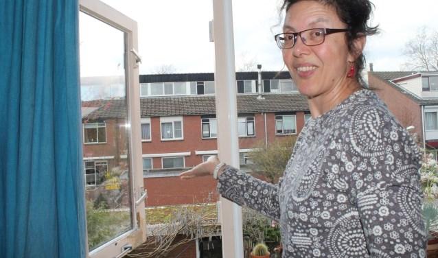 Petra Pereira toont het groene dak wat op haar schuur is geplaatst. (Foto: Annemarie van der Ploeg)