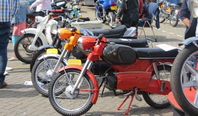 Voor de bromfietsen en motoren worden parkeerplekken geregeld bij de bromfietsmarkt in Weerselo van zondag 14 april.