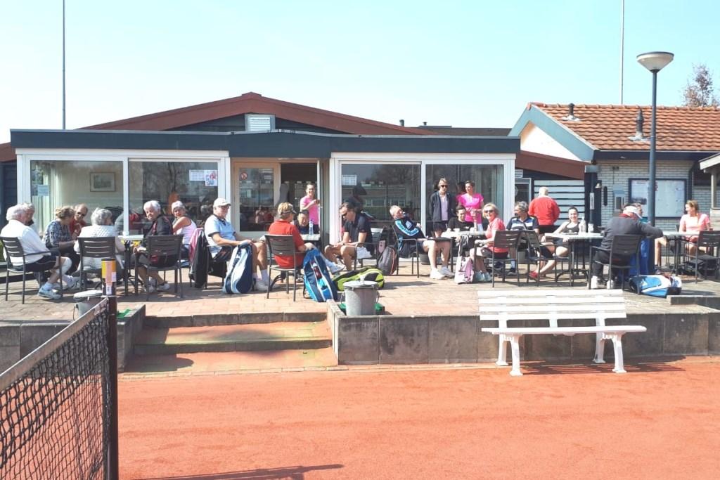 Publiek op een zonnig terras Foto: TC Elburg © Persgroep