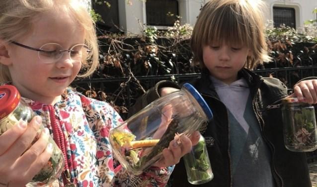 Malou en Morris uit groep 2 verzamelen de geuren rond hun school in plastic potjes. Uiteindelijk rook het resultaat best lekker!