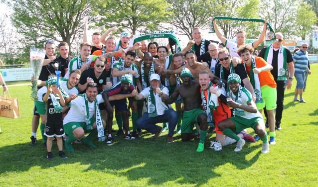 Het kampioensteam van Aarlanderveen viert de titel uitbundig.