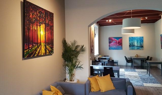 Een van de ruimtes bij Eet-Lokaal is gevuld met kunst van Jeroen Hessels uit Zevenaar. (foto: Pablo van Dick)